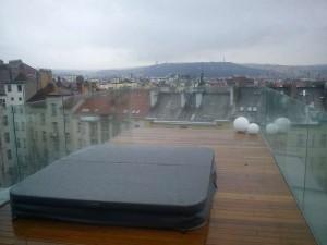 vířivka na terase bytu