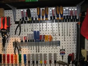 úklid garáže - nářadí ruční na stěně