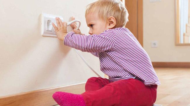 bezpečnostní prvky do domácnosti - mimino se zásuvkou
