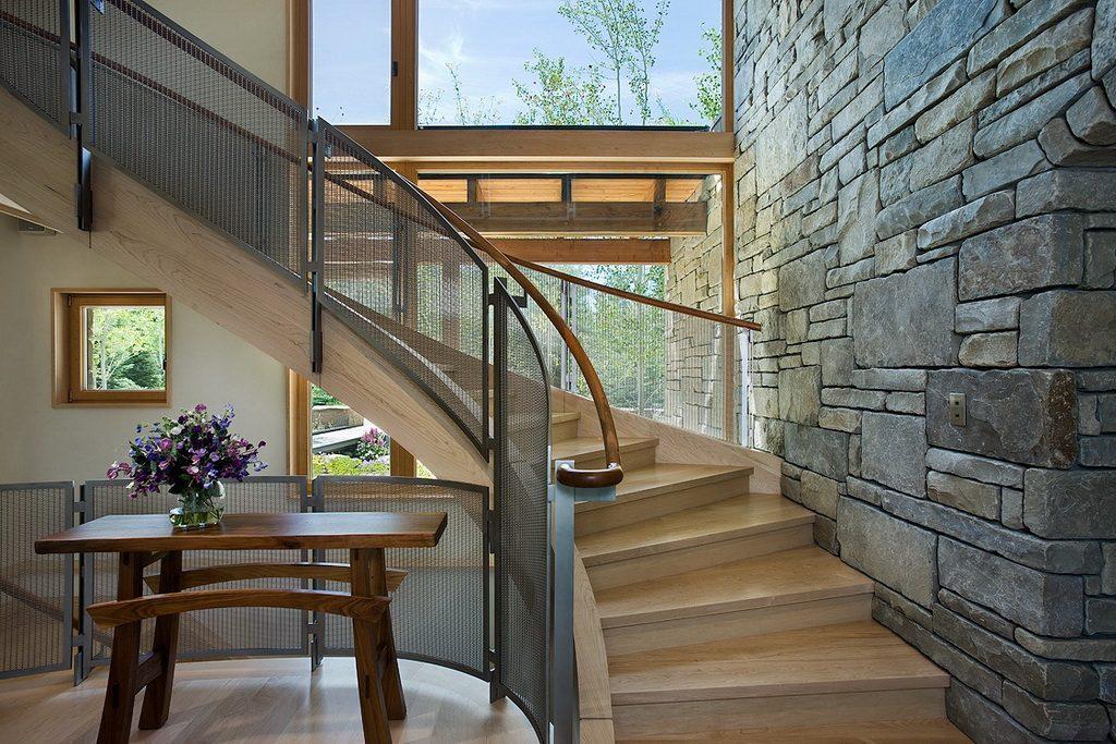 čím efektně obložit stěnu - schodiště