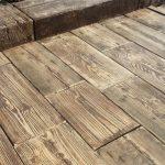 Venkovní dlažba dokáže i věrně imitovat dřevo