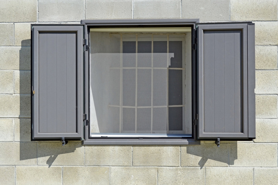 Jak správně vybrat síť proti hmyzu do oken a dveří?