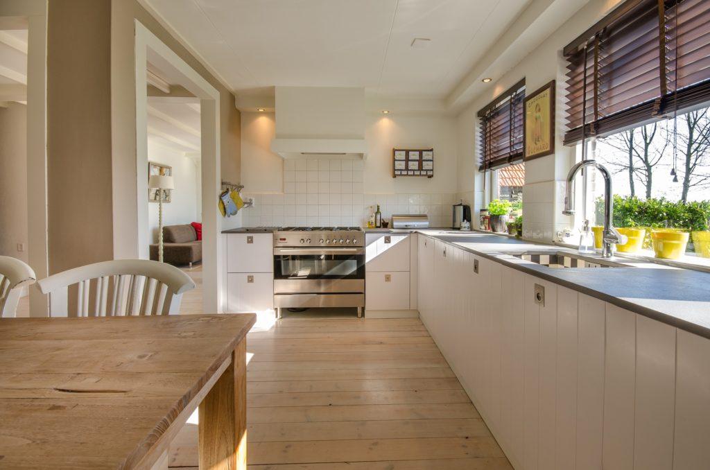 Líbí se vám bílá kuchyně? Ještě si její pořízení rozmyslete!
