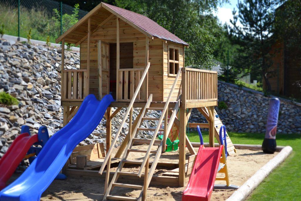 Vytvořte svým dětem na zahradě skromné hřiště. Vyplatí se to!