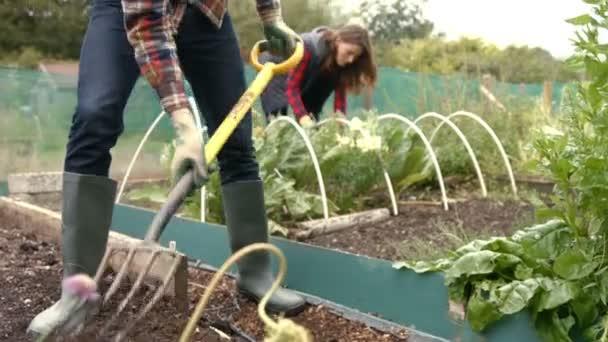 Zahrada je velká starost. Víme, jak si zahradní práce usnadnit