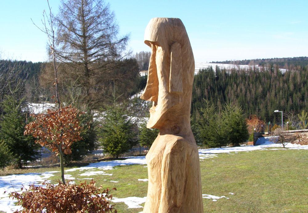 I lesní socha vyřezaná motorovou pilou potěší